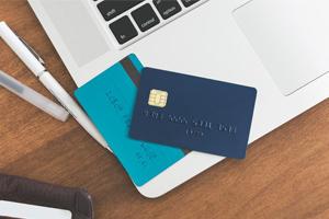 Ordinateur avec des cartes crédit posées sur le clavier