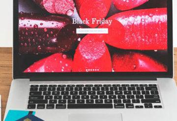 Ordinateur avec écran allumé sur black friday